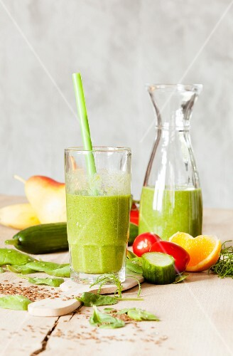 Cucumber and pear smoothie with spinach