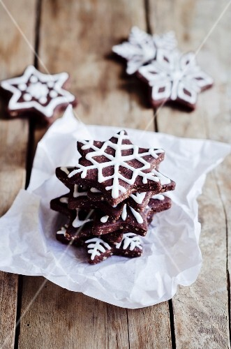 Gingerbread decorated with icing sugar