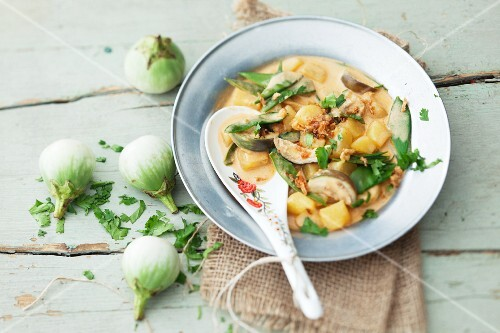 Curry with aubergines and potatoes (Thailand)