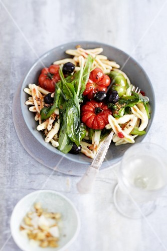 Pasta with wild garlic, tomatoes and olives