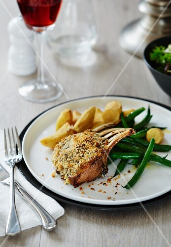 Breaded rack of lamb with green beans and potatoes