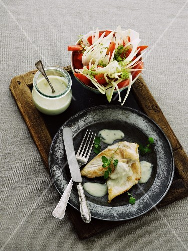 Chicken breast with cheese sauce and a raw vegetable salad
