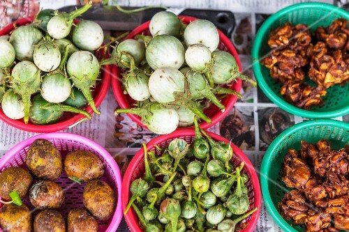 Aubergines and tamarinde on a market stall (Udon Thani, North-East Thailand)