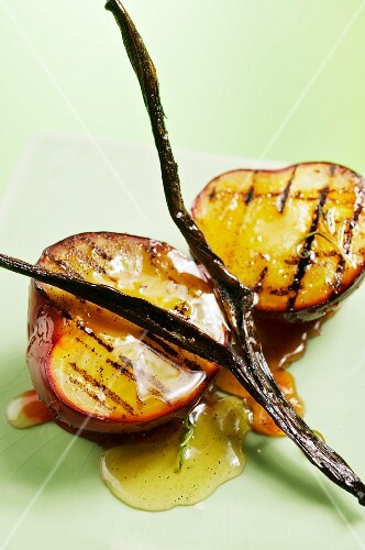 Grilled plums with vanilla and cognac