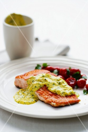 Grilled salmon fillets with a béchamel herb sauce