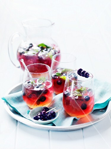 Wodka-Heidelbeer-Cocktails mit Minze