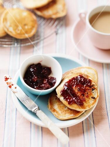 Buttermilk pikelets (Australian pancakes) with raisins and jam