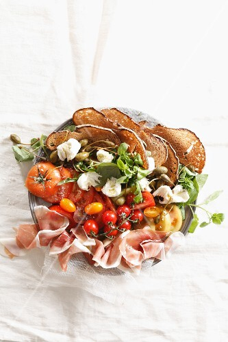 Tomato salad with Parma ham and crispy bread