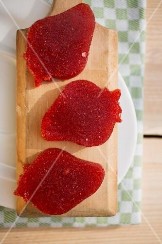 Strawberry-shaped strawberry jellies