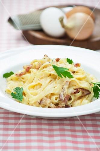 Tagliatelle alla carbonara (pasta with a bacon and egg sauce)