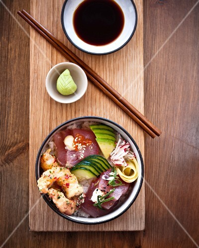 Chirashi sushi with prawns, tuna and salmon (Japan)