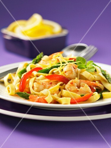 Fettucine with prawns, green asparagus and peppers