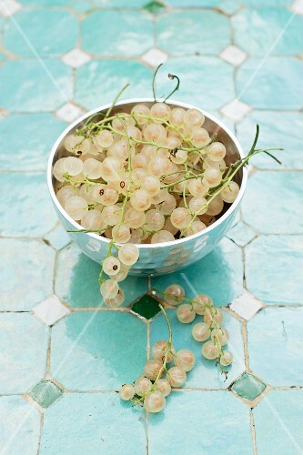 Whitecurrants in a metal bowl
