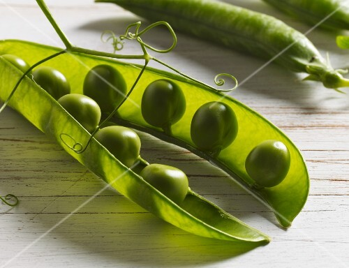 A close up of peas in pods