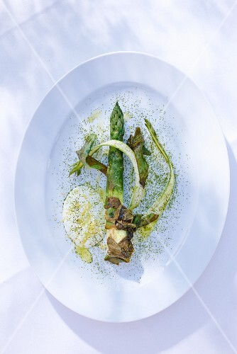Asparagus with sheep's cream cheese, sorrel and matcha tea