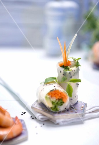 Rice paper rolls filled with prawns and sesame seeds (Asia)