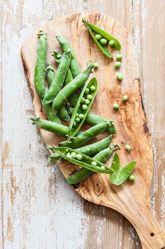 Pea pods on a chopping board
