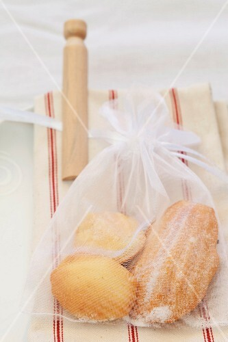 Small cakes in a sack as a guest gift