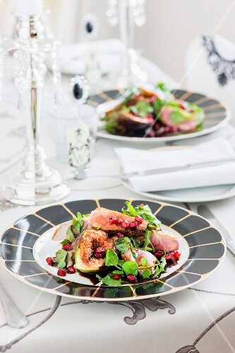 Salad made with duck breast, figs and pomegranate seeds