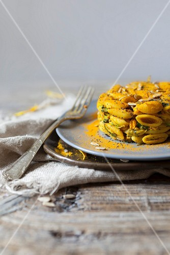 Shell pasta with courgette flowers, poppy seeds and sunflower seeds