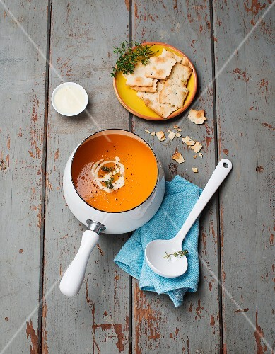 Carrot soup with thyme and crackers