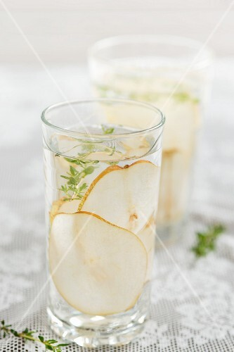 Pear drinks with thyme