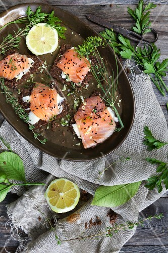 Salmon rolls with sesame seeds and herbs