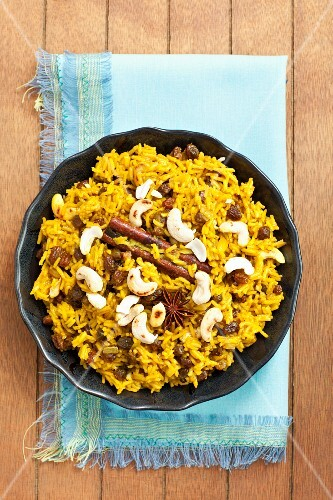 Spicy rice with raisins and cashew nuts
