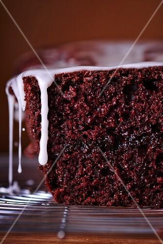 Chocolate cake with icing sugar (close-up)