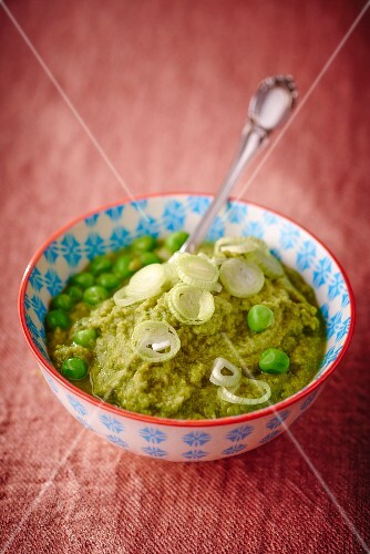 Mushy peas with leek rings