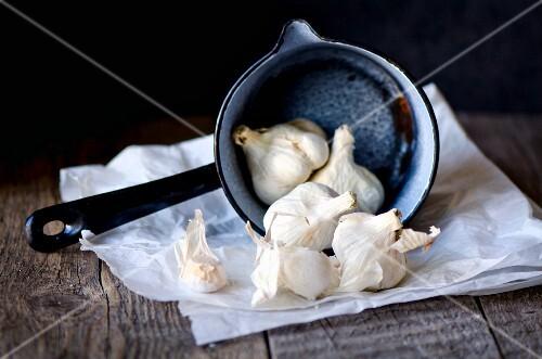 Garlic bulbs in an enamel pot