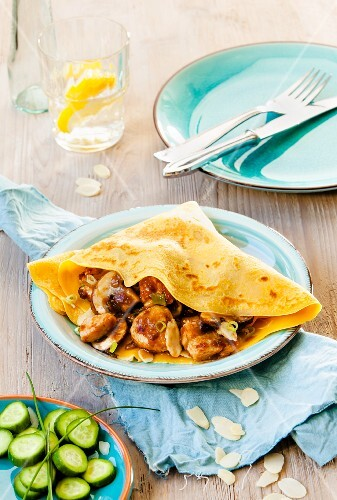 Almond and carrots crêpes with chicken ragout
