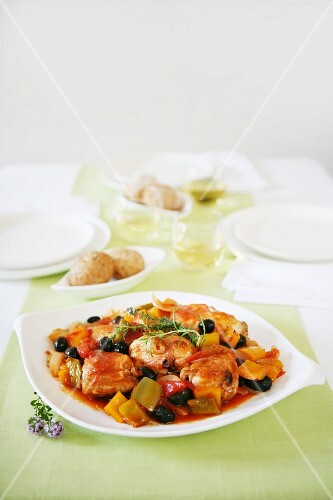 Pepper chicken with black olives