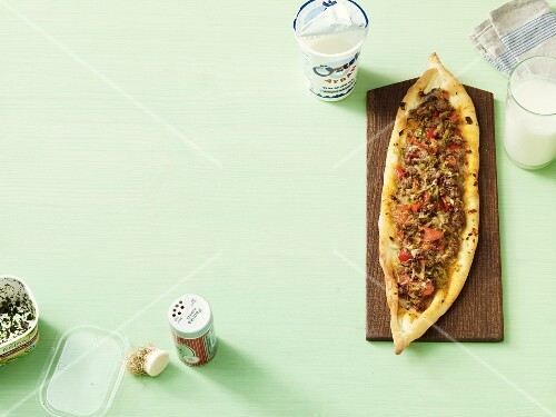 Pide with minced meat and tomatoes