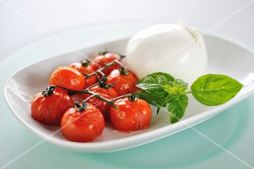 Roasted or fried tomatoes with mozzarella and basil