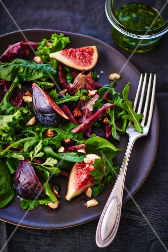 Spinach and rocket salad with figs, duck and nuts