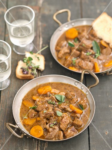 Beef goulash with carrots and thyme