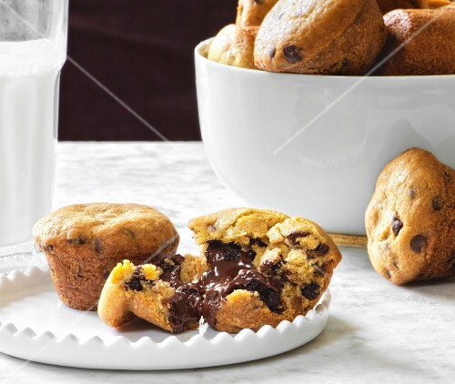 Cookie muffins with a liquid chocolate core