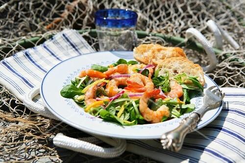 Insalata mista ai gamberi (mixed leaf salad with prawns, Italy)
