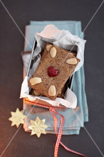 Gingerbread with almonds