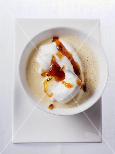 Egg white dumplings in tea cream with caramel