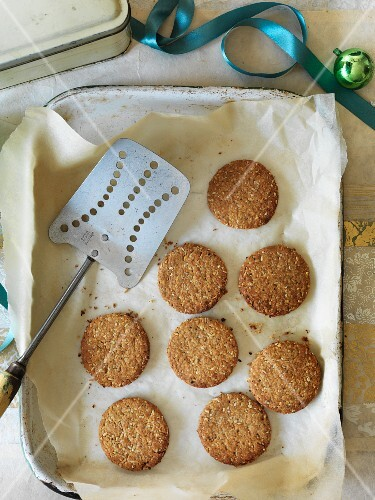 Walnut and pepper oat cookies