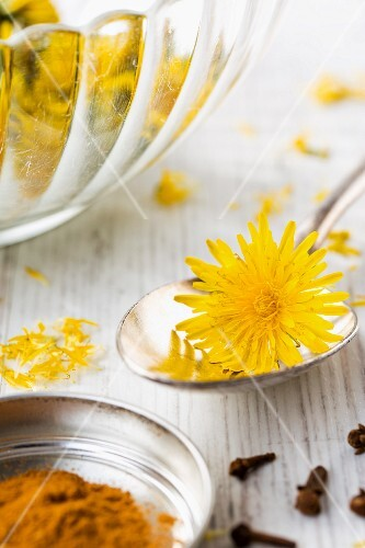 Household remedies for coughs and sore throats: cinnamon, cloves and dandelion flowers