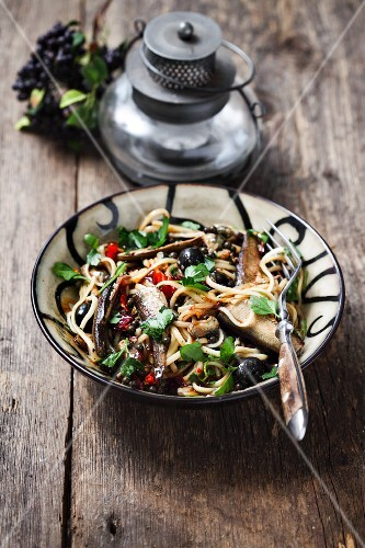 Noodles with bean sprouts, clams and black olives