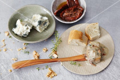 Gorgonzola fondue with dried tomatoes and walnuts