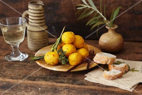 Fondue with polenta balls and bread