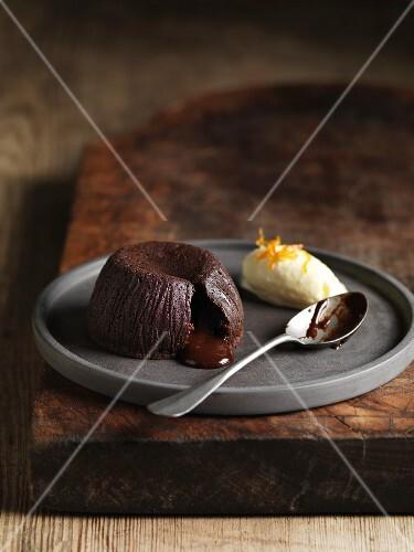Moelleux au chocolat with yogurt ice cream