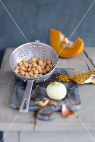 Cooked chickpeas, onions, pumpkin and curry powder for chickpeas escalopes