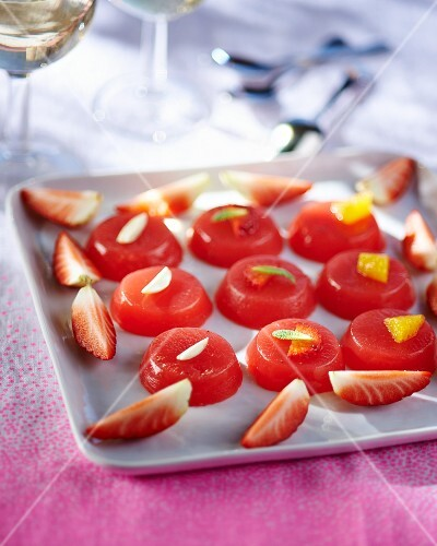 Strawberry jelly with almonds and mint