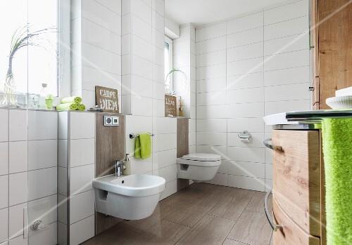 Raumhoch Weiss Gefliestes Bad Mit Bidet Und Toilette An Fensterwand